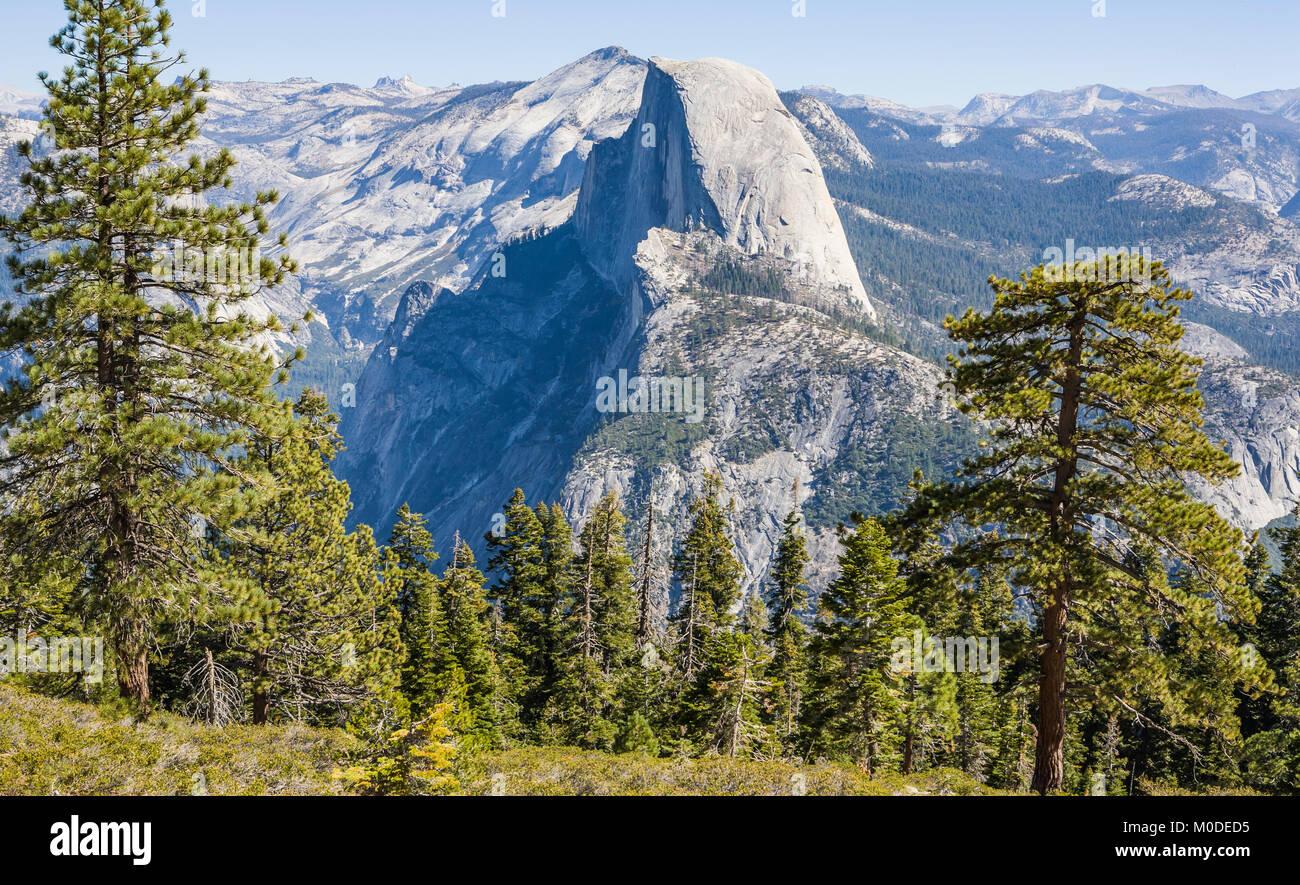 Half Dome, como se ve desde cerca del punto del glaciar, El Parque Nacional Yosemite, California Foto de stock
