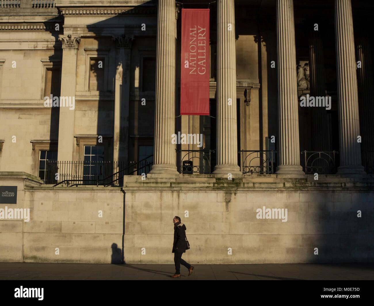 Una caminata por la mañana delante de la National Gallery Foto de stock