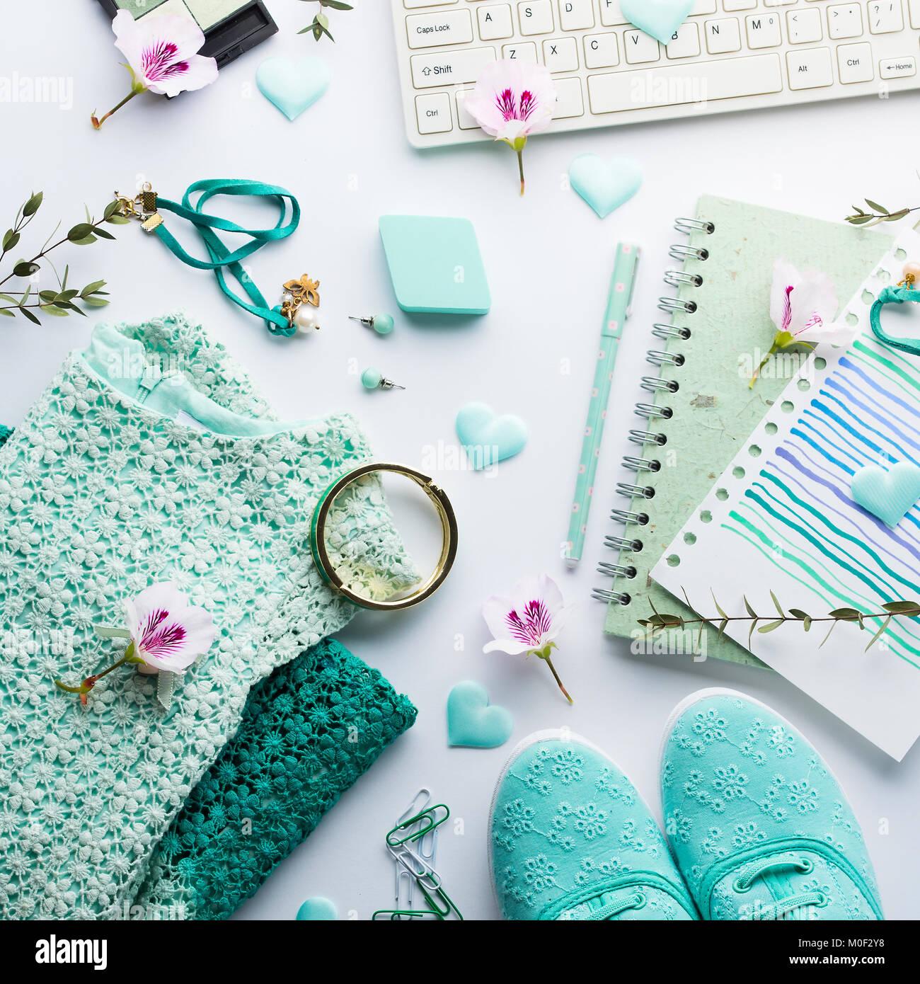 91e64249664a Pastel de color verde menta moda mujer ropa de estilo de vida laical plana  con accesorios, portátil y teclado
