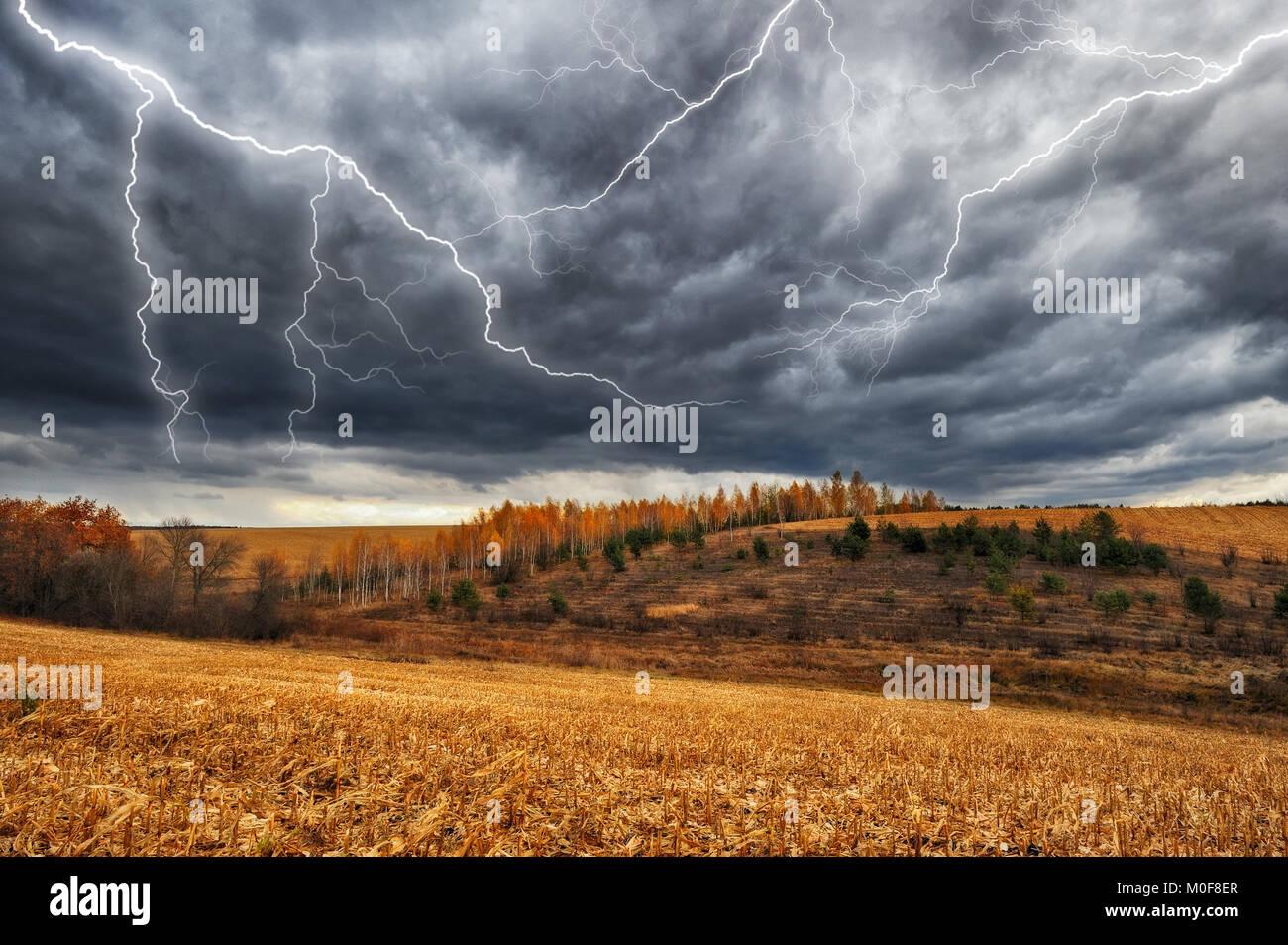 Thunder Sky. un relámpago en el cielo de nubes oscuras. Foto de stock