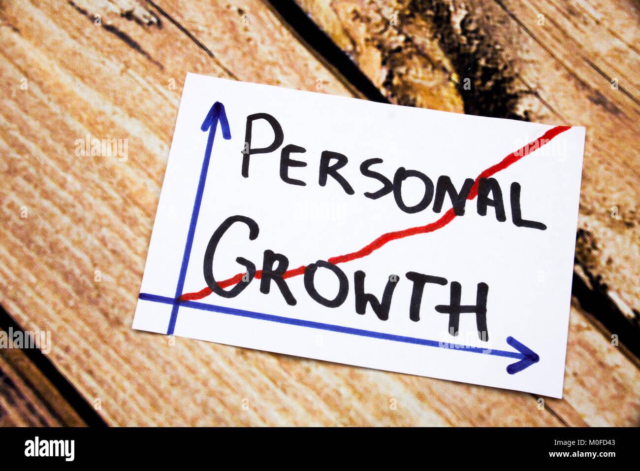Crecimiento Personal - escritura en tinta negra sobre fondo de madera concepto significado desarrollo personal Imagen De Stock