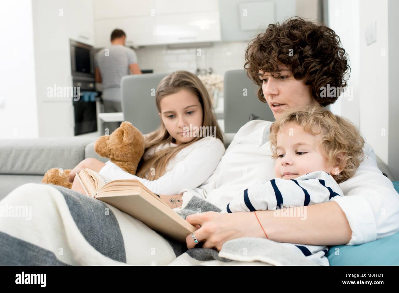 Familia cariñosa disfrutando juntos de fin de semana Imagen De Stock