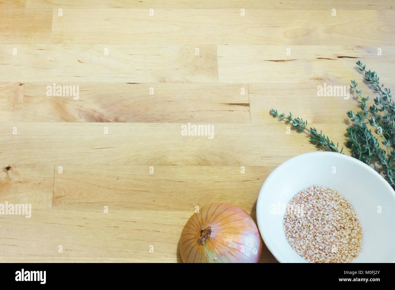 Receta ingredientes cebolla, semillas de sésamo y el tomillo. Placa ...