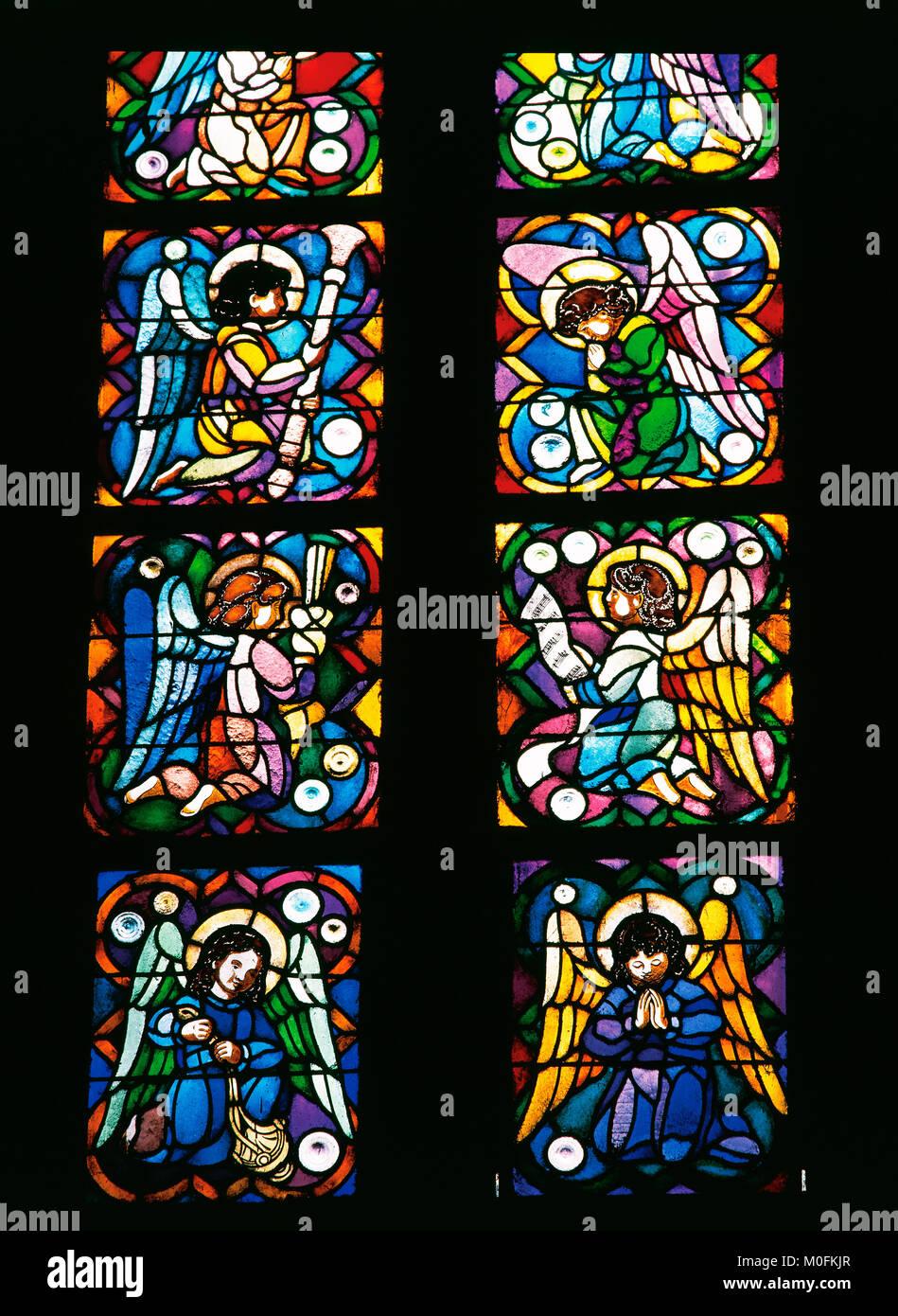 Las vidrieras. Roseton Sanctus. Cripta. La Sagrada Familia. Eudald Glassmaker Ramon Amigo (1818-1885). Barcelona. Imagen De Stock