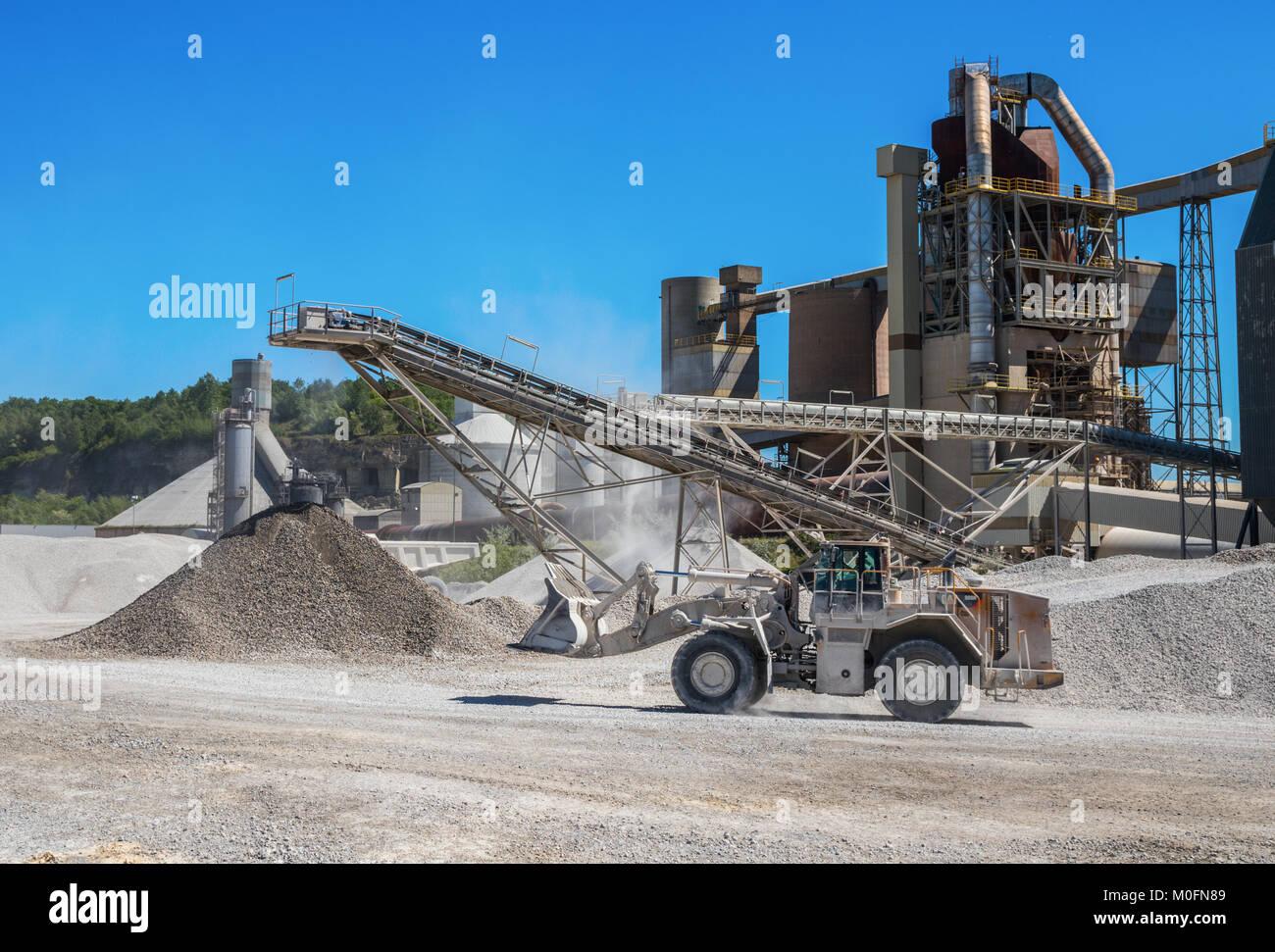 Cargadora de ruedas Caterpillar conduce a la fábrica de ladrillos en el Mount Saint Peter ENCI (primera industria Foto de stock