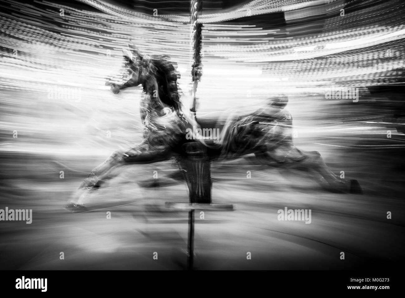 La fotografía en blanco y negro de Londres: caballo de carrusel Foto de stock