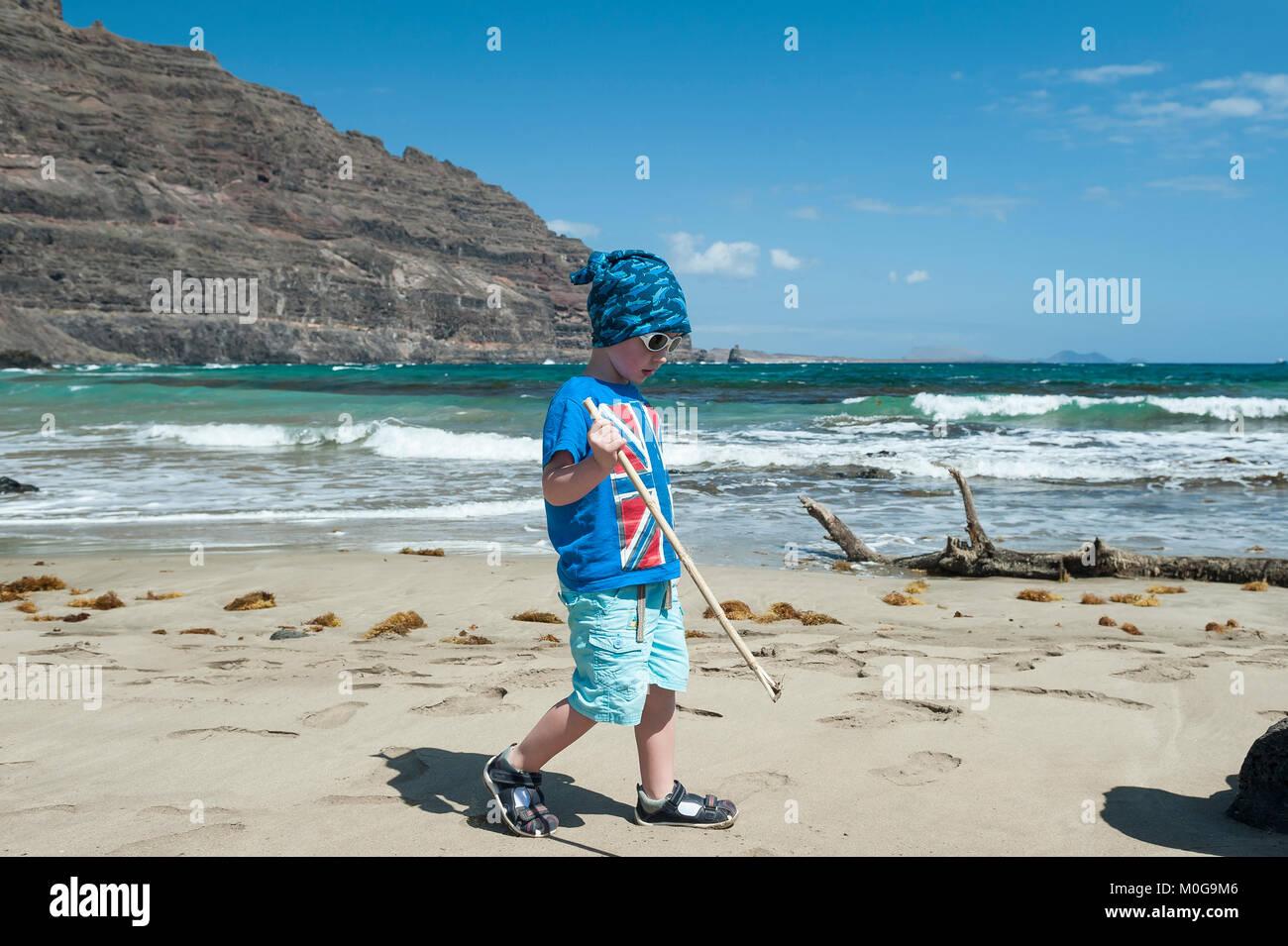 Niño de tres años divirtiéndose en la Playa de la Canteria, Orzola, municipio de Haría, Lanzarote, Imagen De Stock