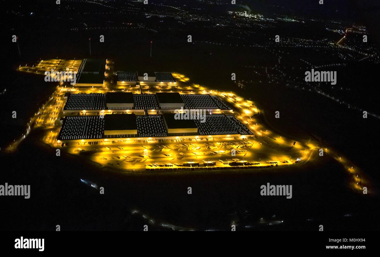 Vista aérea del centro de logística de IKEA, en la noche de Dortmund, Dortmund Ikea suministros de almacén de toda Europa, Dortmund Ellingshausen, de 135 hectáreas, 650 puertas, Foto de stock