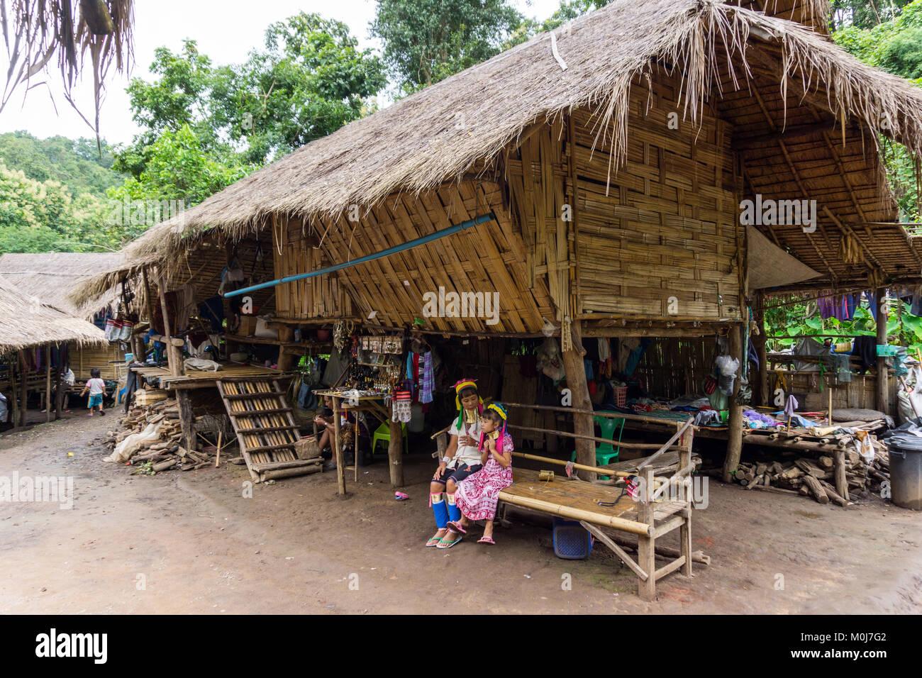 Asia,Tailandia,Chiang Mai,Ban Huay Pa Rai Hill Tribe,mujer de cuello largo Foto de stock