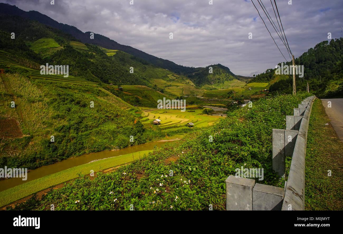 Pequeñas Casas De Campo De Arroz En Terrazas En El Norte De
