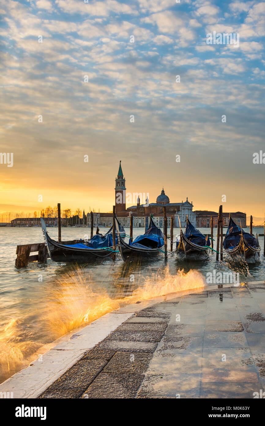 Las góndolas en el Gran Canal al amanecer en Venecia, Italia Imagen De Stock