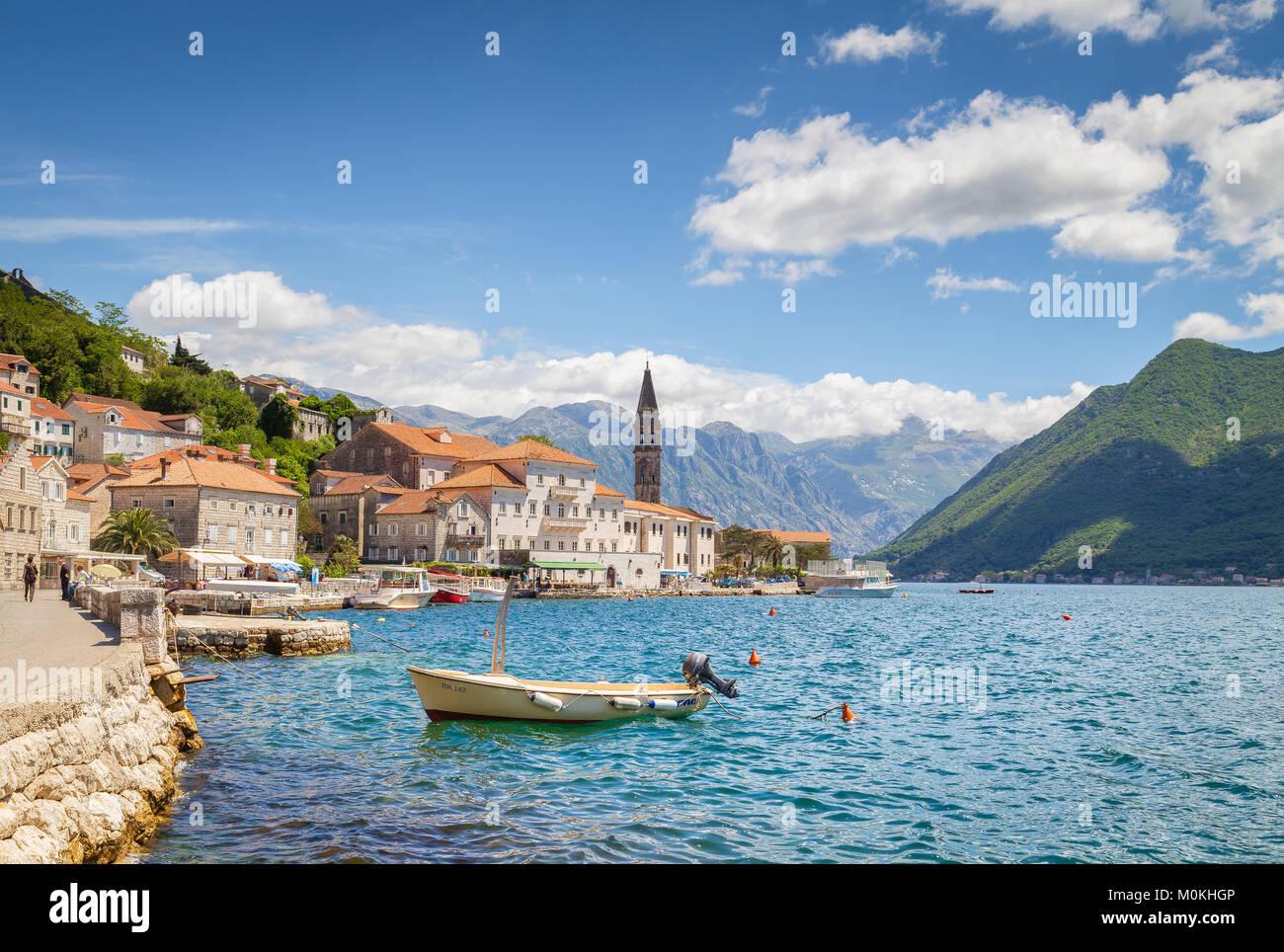 Vista clásica de la ciudad histórica de Perast situado en la mundialmente famosa bahía de Kotor en un hermoso día soleado de verano, Montenegro, Sur de Europa Foto de stock