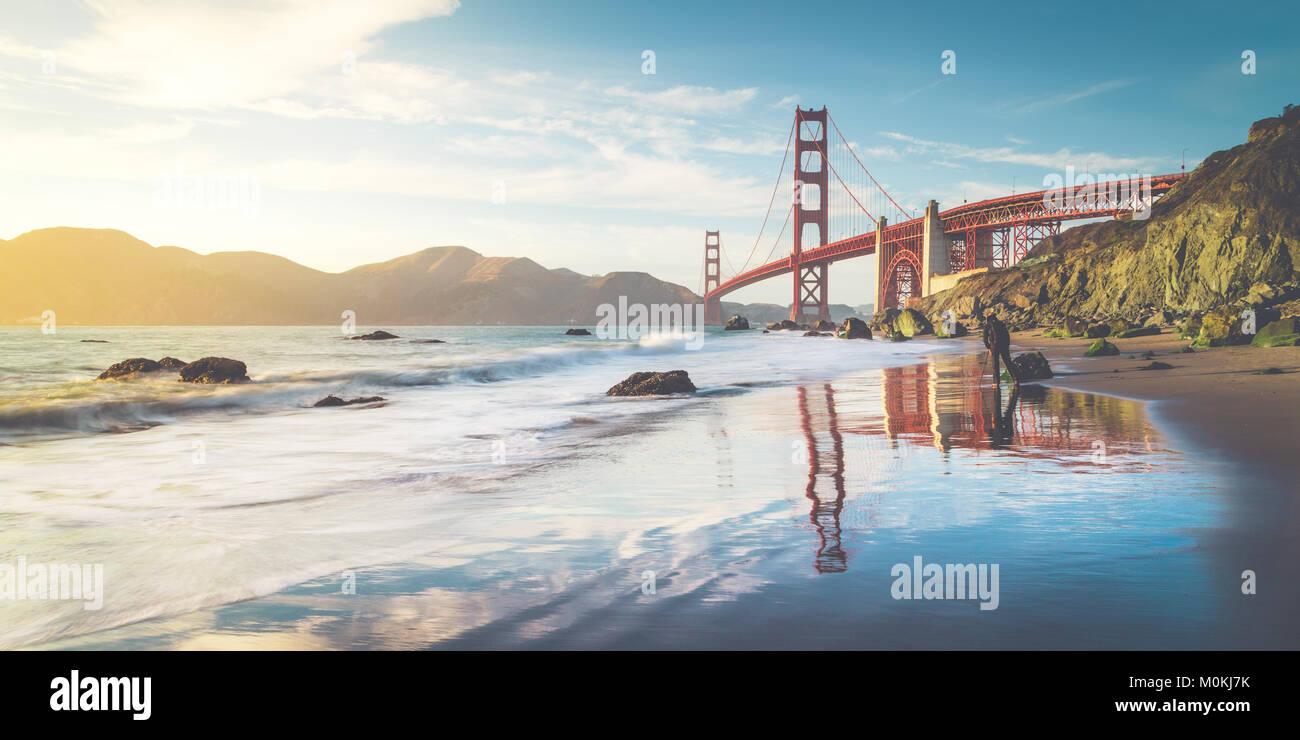 Classic vista panorámica del famoso Golden Gate Bridge visto desde el escénico Baker en la hermosa playa Imagen De Stock