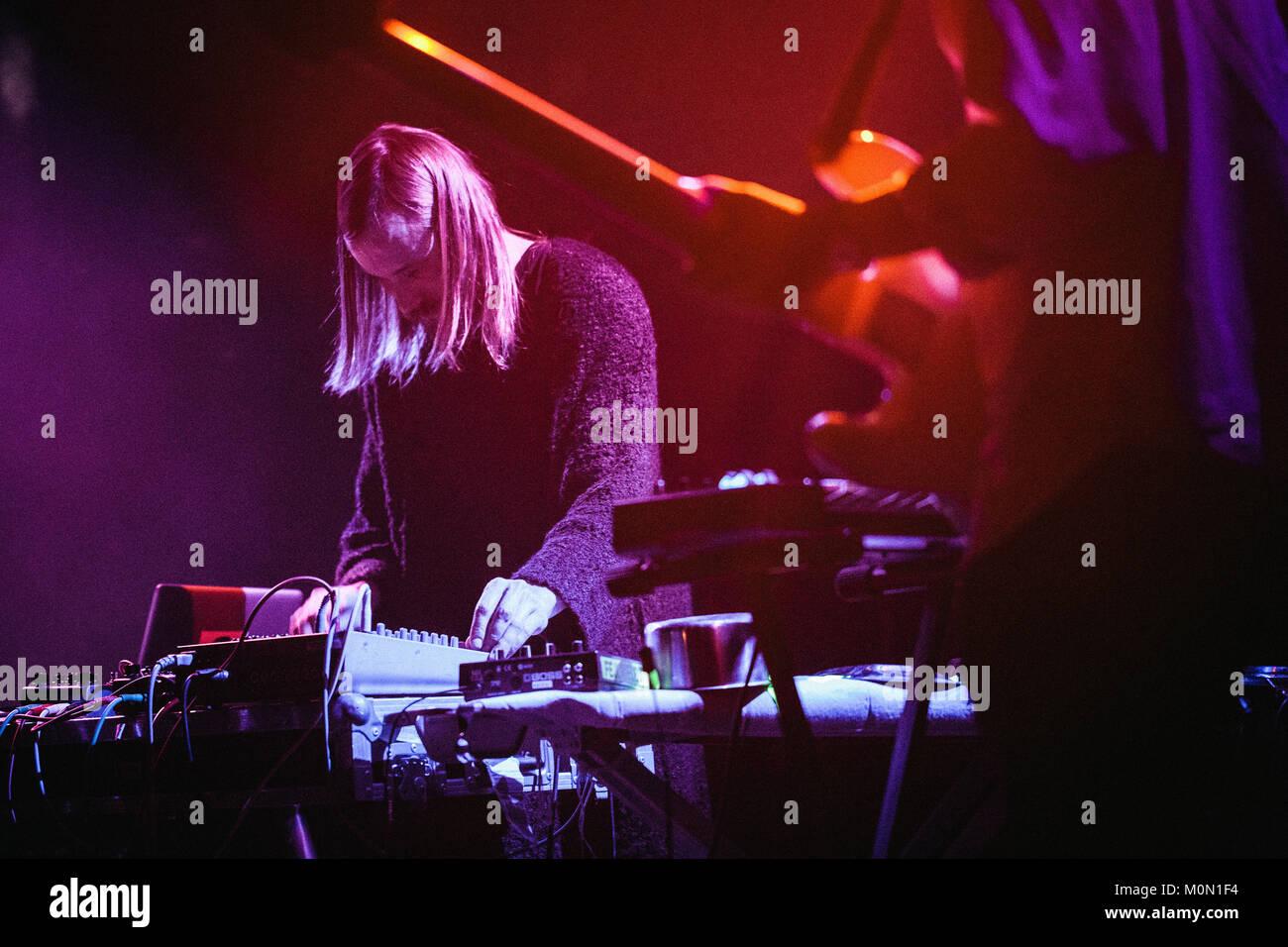 El grupo musical Danish-Finnish Liima realiza un concierto en vivo en Jazzhourse Copenhague. La banda se compone Imagen De Stock