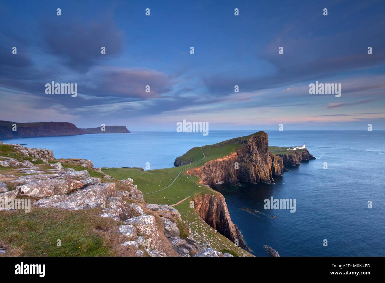Neist Point Faro al atardecer. La isla de Skye, Escocia, Reino Unido Foto de stock