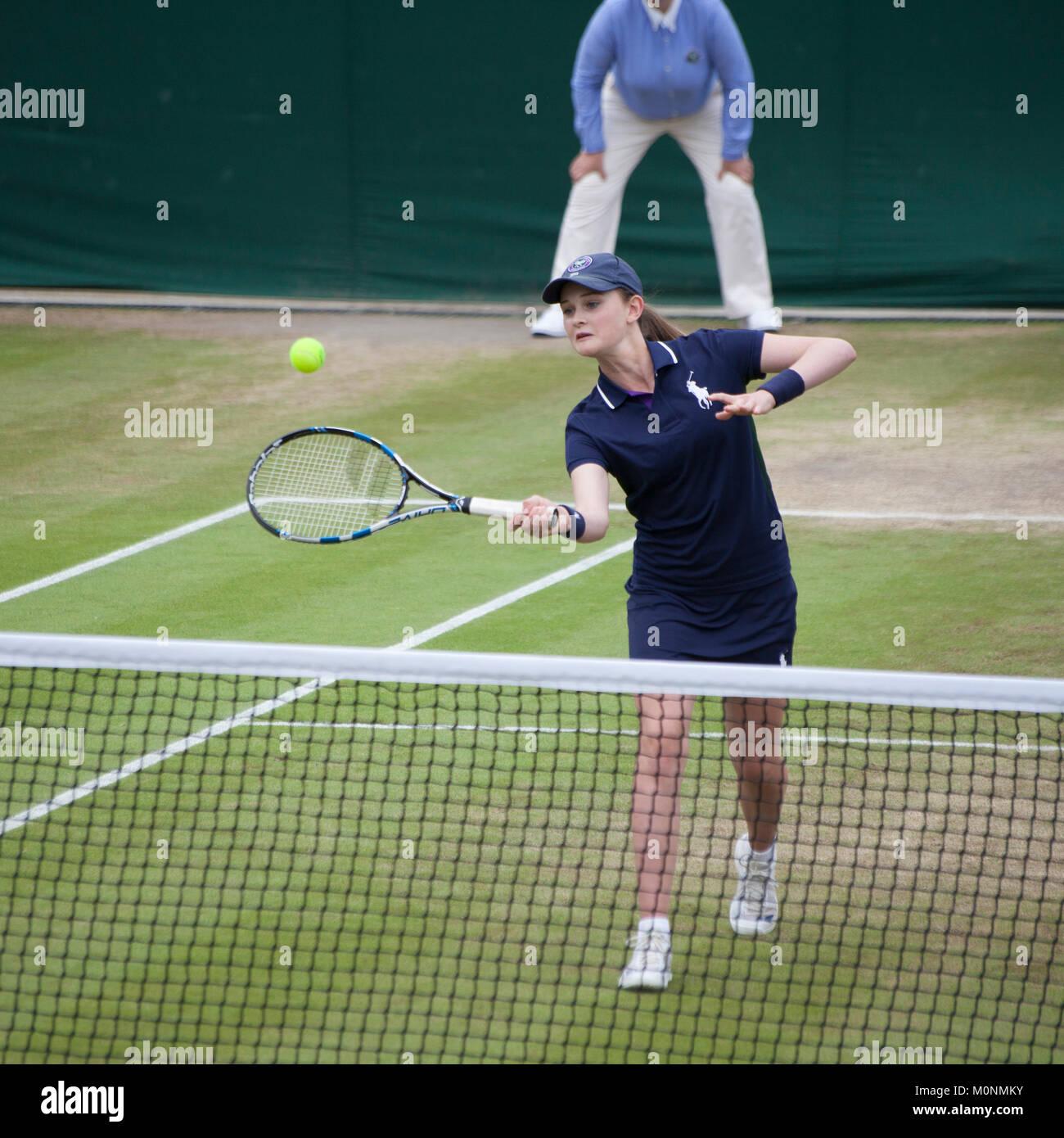 15a73a06e64 Bola chica obtiene la posibilidad de jugar al tenis de Wimbledon Imagen De  Stock