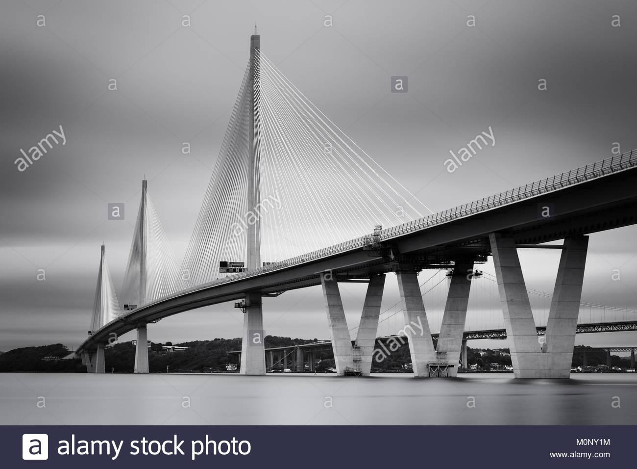 Una larga exposición en blanco y negro de la nueva Queensferry cruzando el puente sobre el Firth of Forth Estuary, Foto de stock