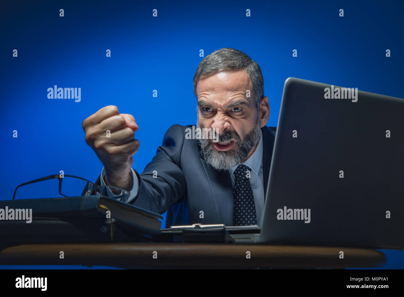 Mad, infeliz boss amenazando Imagen De Stock