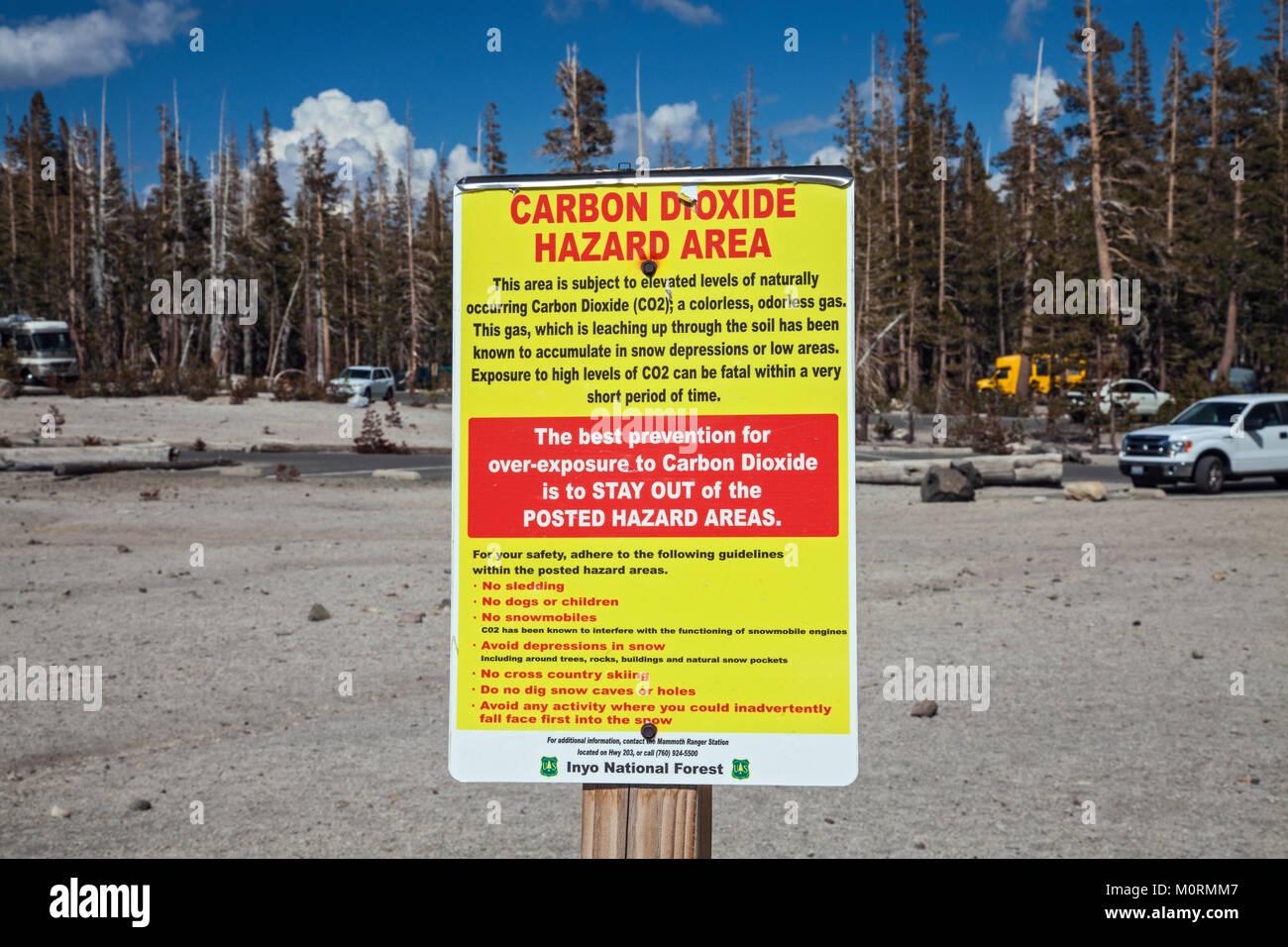 Zona de peligro de dióxido de carbono la señal de advertencia. Los árboles muertos alrededor del Imagen De Stock