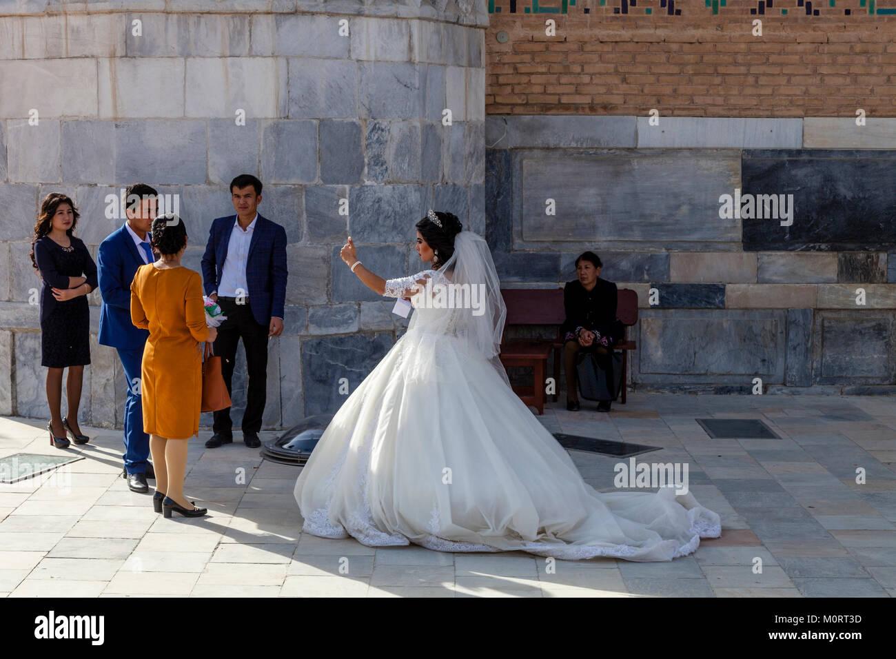 """""""Una joven pareja de recién casados llegan en el Registán compleja para sus fotos de bodas, el Registán, Imagen De Stock"""