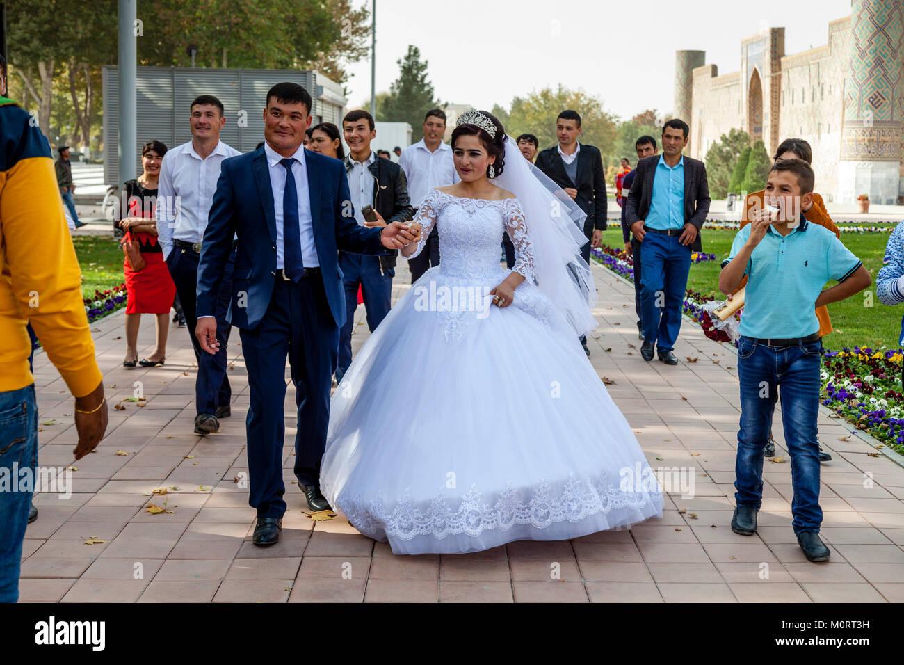 """""""Una joven pareja de recién casados llegan en el Registán compleja para sus fotos de bodas, el Registán, Samarcanda, Foto de stock"""