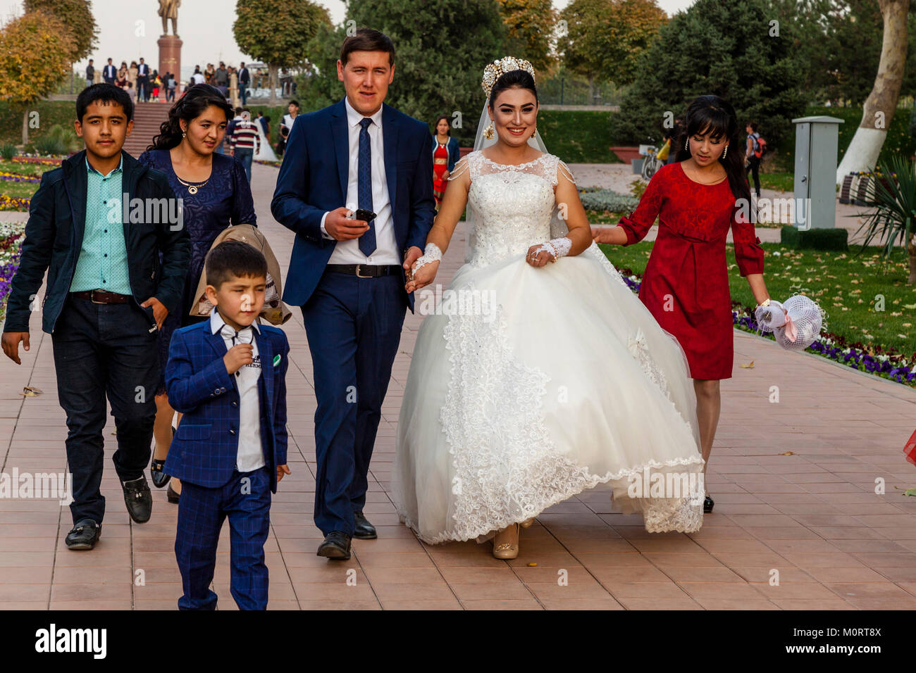 """""""Una joven pareja de recién casados llegan en el Registán compleja para sus fotos de bodas, Samarcanda, Imagen De Stock"""