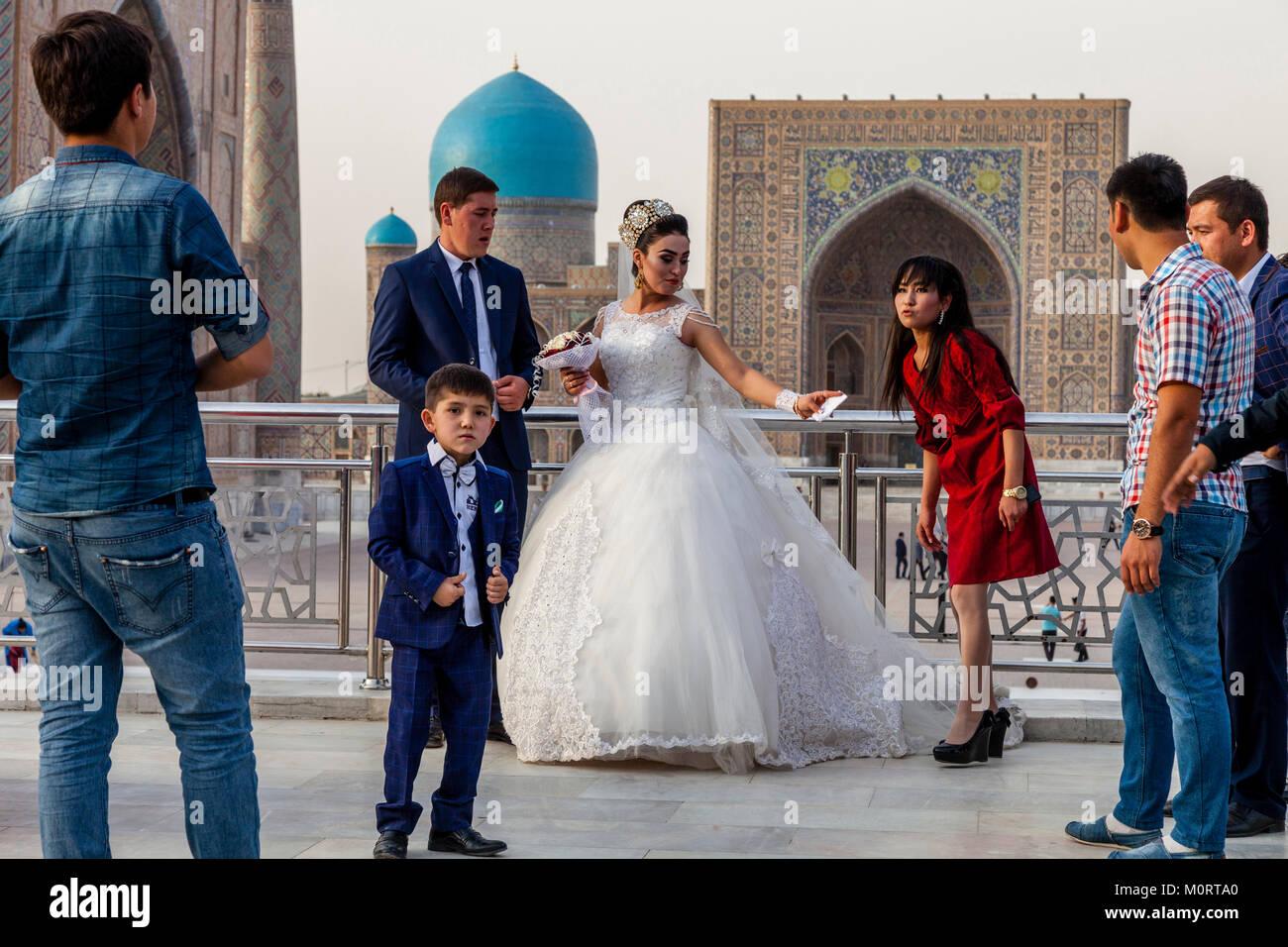 """""""Una joven pareja de recién casados llegan en el Registán compleja para sus fotos de bodas, Samarcanda, Uzbekistán Foto de stock"""
