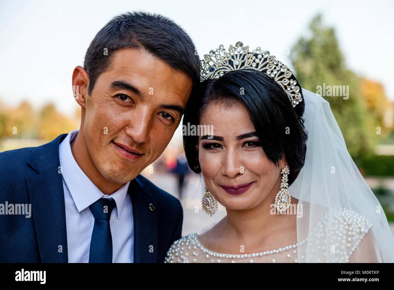 """""""Recién casados"""" Pareja joven posar para fotos de bodas en el Registán compleja, Samarcanda, Imagen De Stock"""