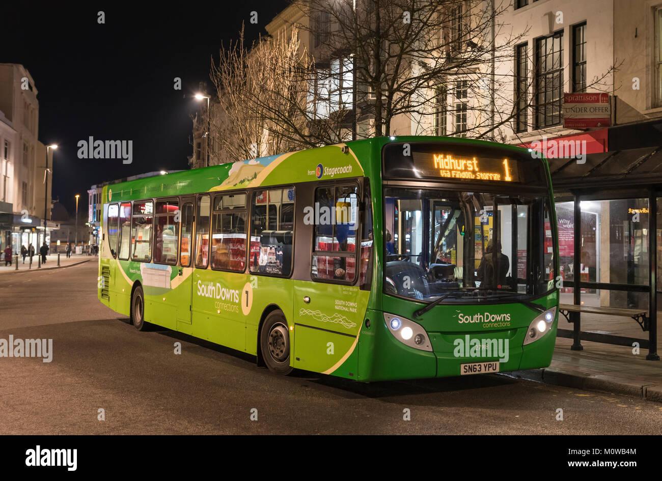 Stagecoach South Downs conexiones bus número 1 va a Midhurst después del anochecer en invierno en Worthing, Imagen De Stock