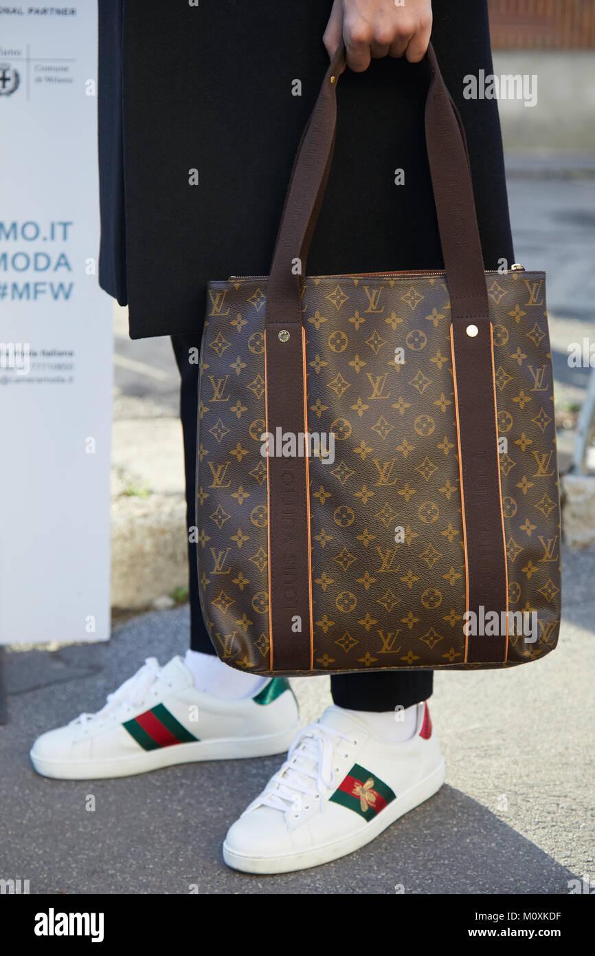 7a36c31fbae Milán - 13 de enero: el hombre con la bolsa de Louis Vuitton y Gucci  Zapatos blancos antes de Diesel Black Gold Fashion Show, la Semana de la  moda de Milán ...