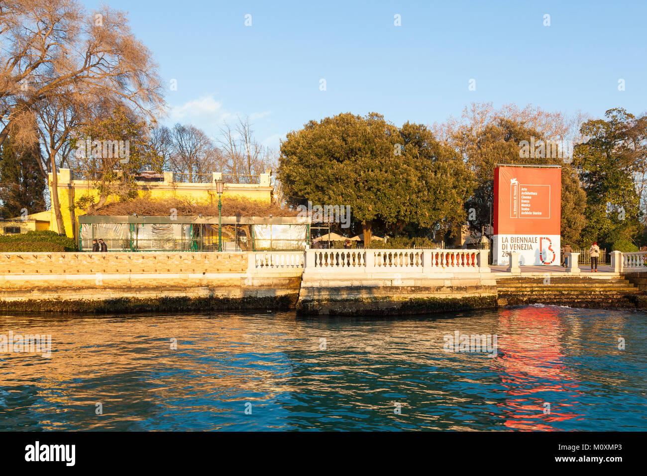Los Giardini Pubblici Bieannale o jardines con su señalización y el popular café Paradiso durante la puesta de sol desde la laguna, Castello, Venecia, Véneto, Italia Foto de stock