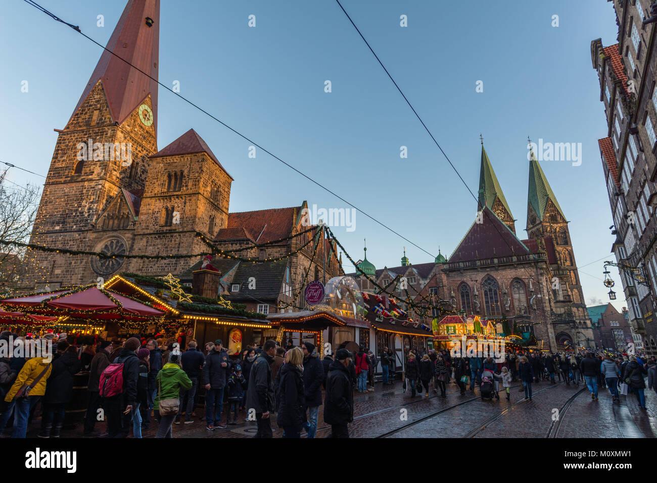 Mercado De Navidad Marktplatz En El Centro De La Ciudad La Iglesia De Nuestra Señora Izquierda Las Torres De La Catedral A La Derecha Bremen Alemania Europa Fotografía De Stock Alamy