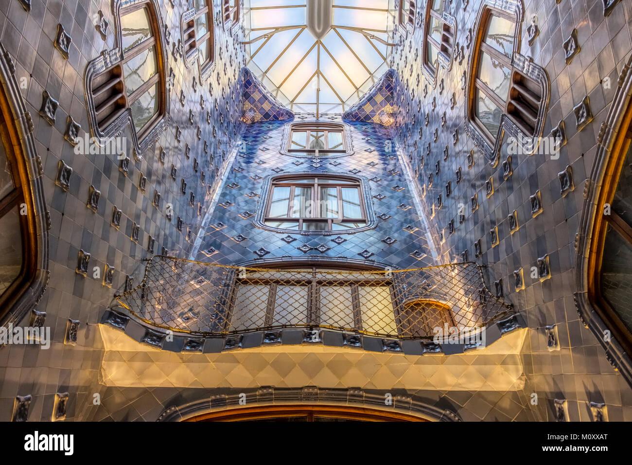El atrio cubierto de azulejos azules de la Casa Batlló es Barcelona Imagen De Stock