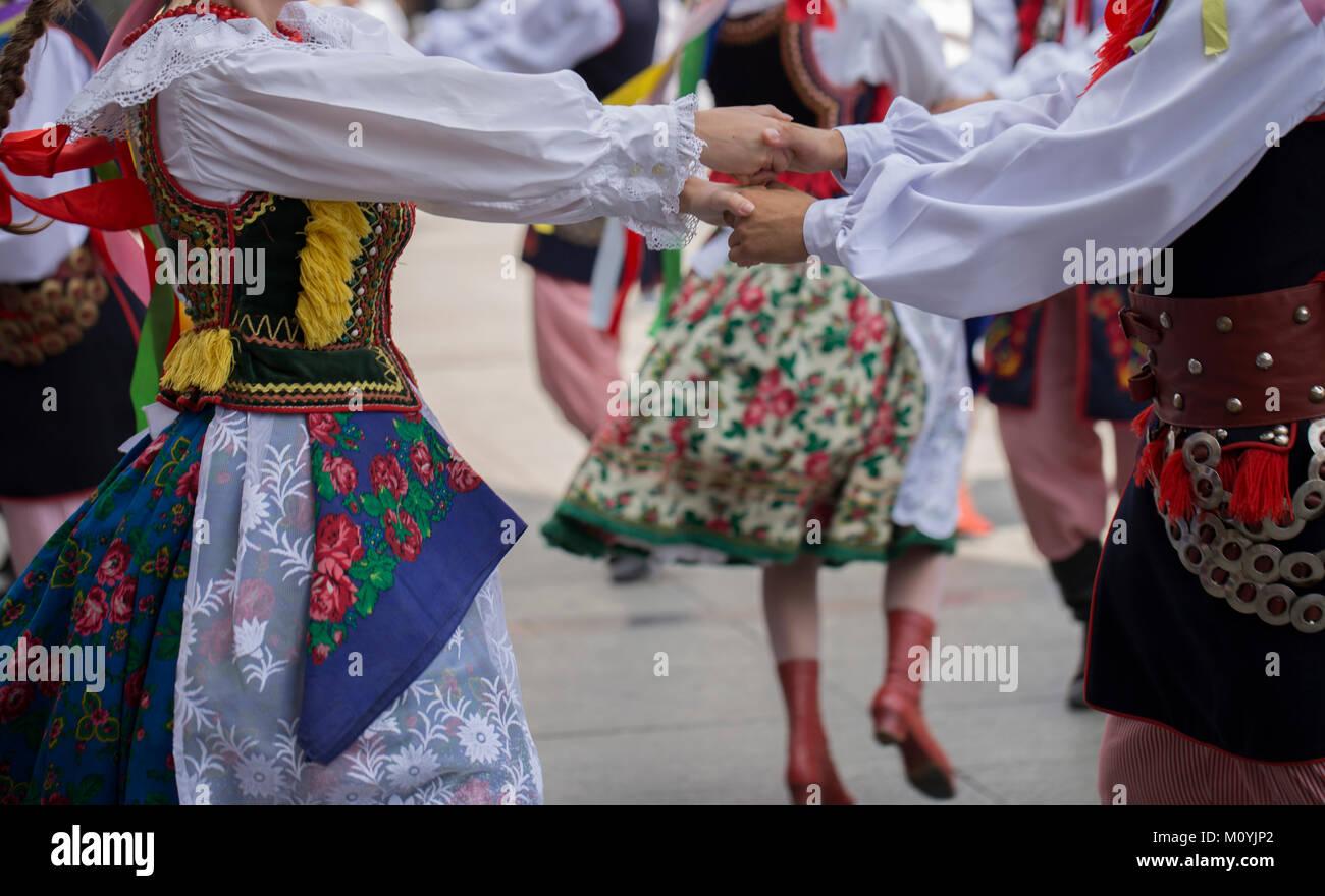 Danza folklórica polaca goup con traje tradicional Imagen De Stock