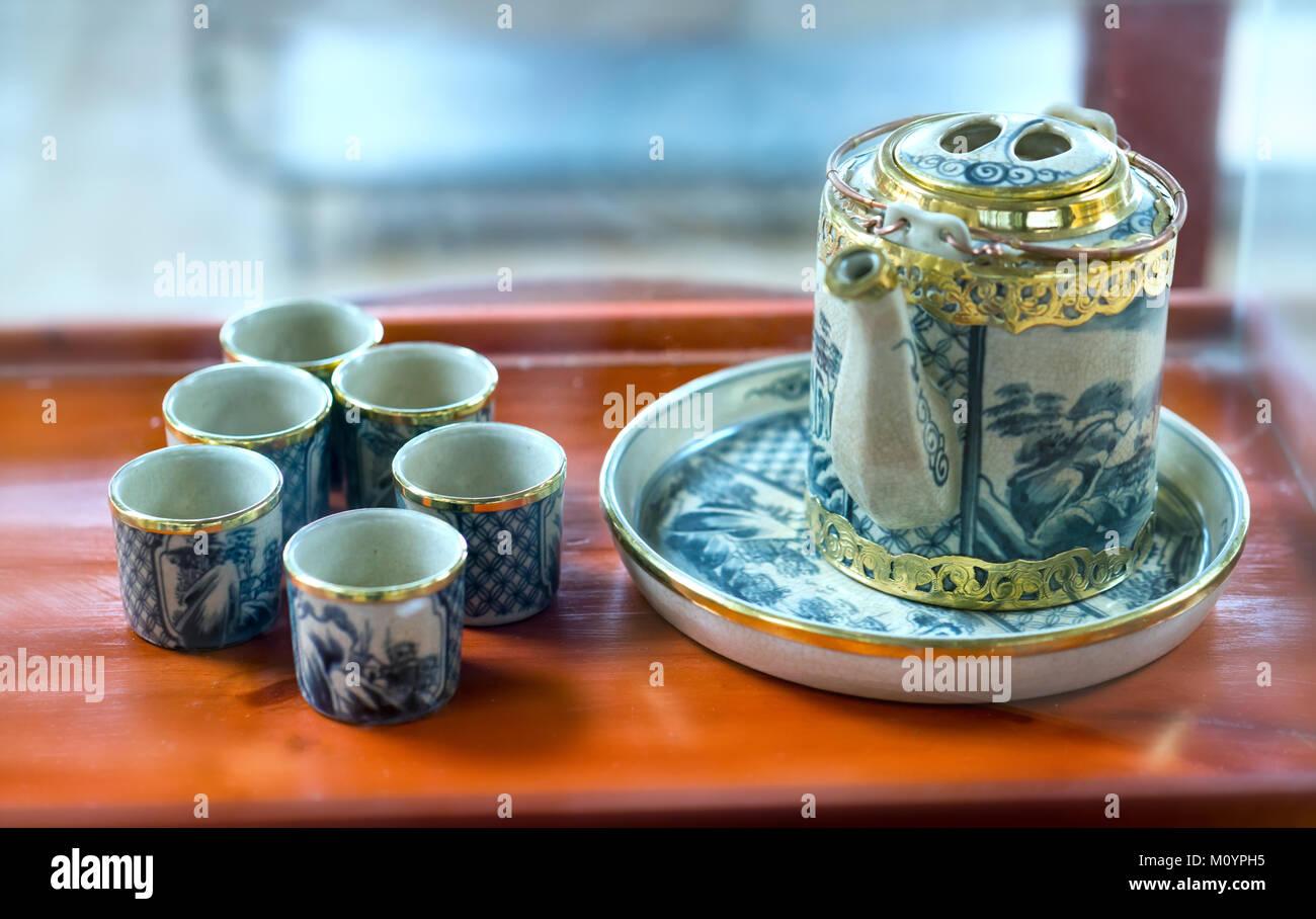 Conjunto de teteras y el casco antiguo de la taza de té sobre la ...