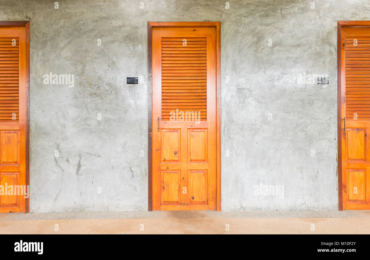 Clásico o retro puertas para el diseño de interiores o diseño exterior. La puerta del baño marrón Imagen De Stock