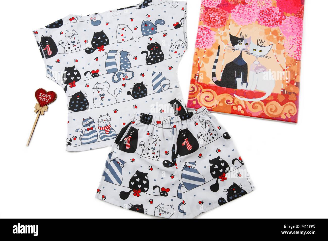 e9b6390b1033 Pijama sobre fondo blanco. Hermosas pijamas suaves con gatos. imagen con  gatos enamorado.