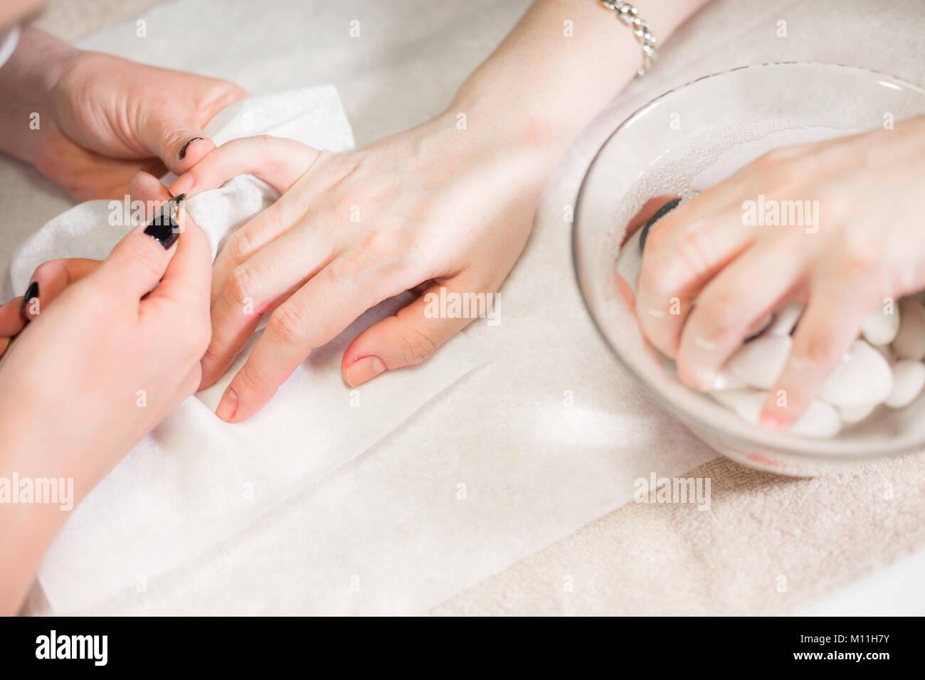 Closeup Uña Manicura cuidado por la especialista en belleza ...