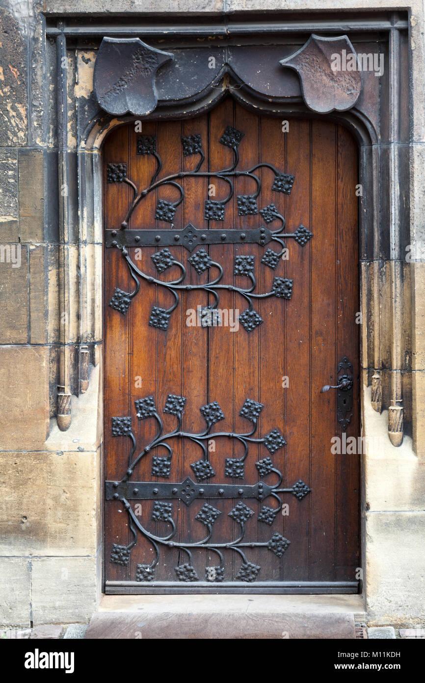 puertas antiguas de madera con la decoracin bisagras de metal forjado - Puertas Antiguas De Madera