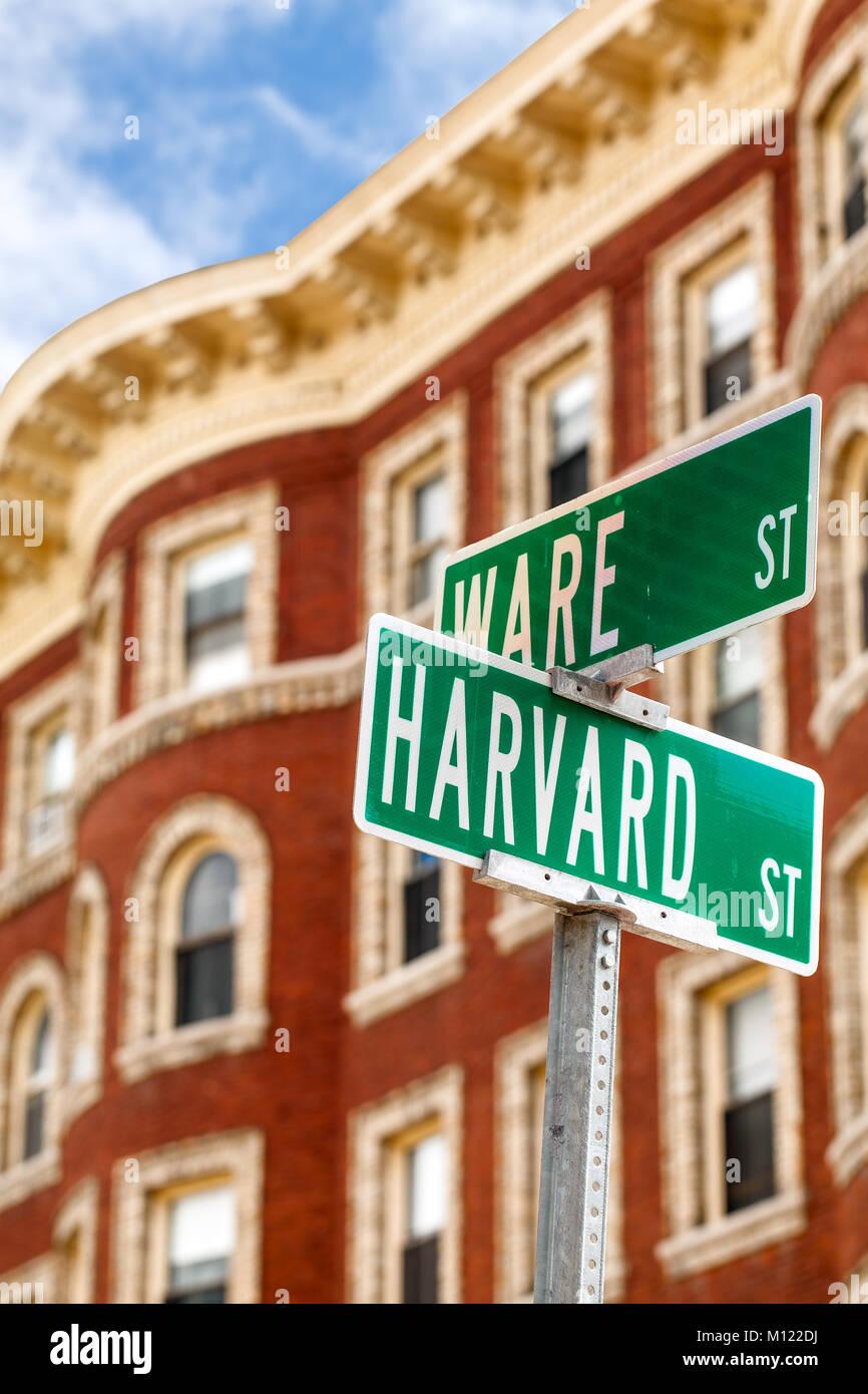 Nombre de Harvard sobre calle signo puesto en Cambridge, Mass. firmar cerca en primer plano. Típico edificio Imagen De Stock