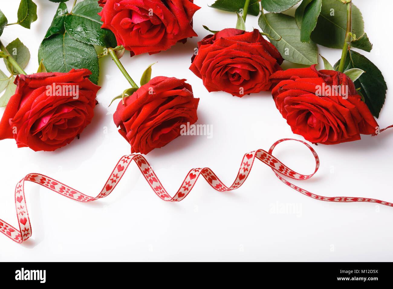 Hermoso Arreglo De Rosas Rojas Y Cintas Para El Día De San