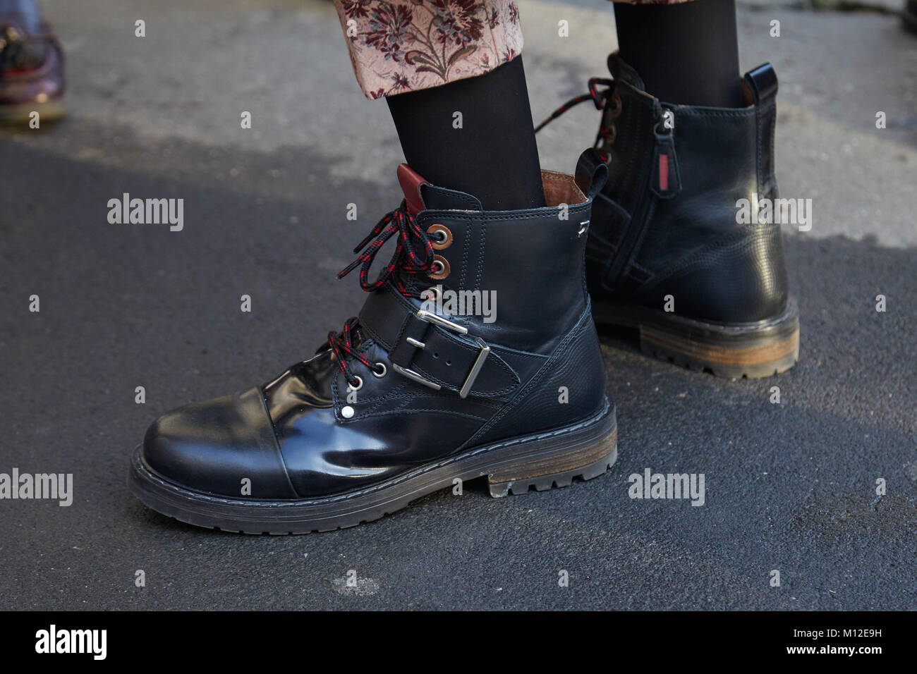 787798bb Milán - Enero 14: Mujer con botas de cuero negro antes de Dsquared 2 ...