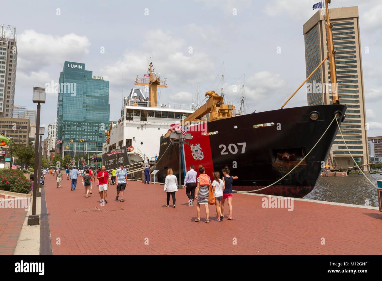 El USCGC Maple (WLB-207), la Guardia Costera de Estados Unidos Boya Marítima tierna amarrados en el puerto Imagen De Stock