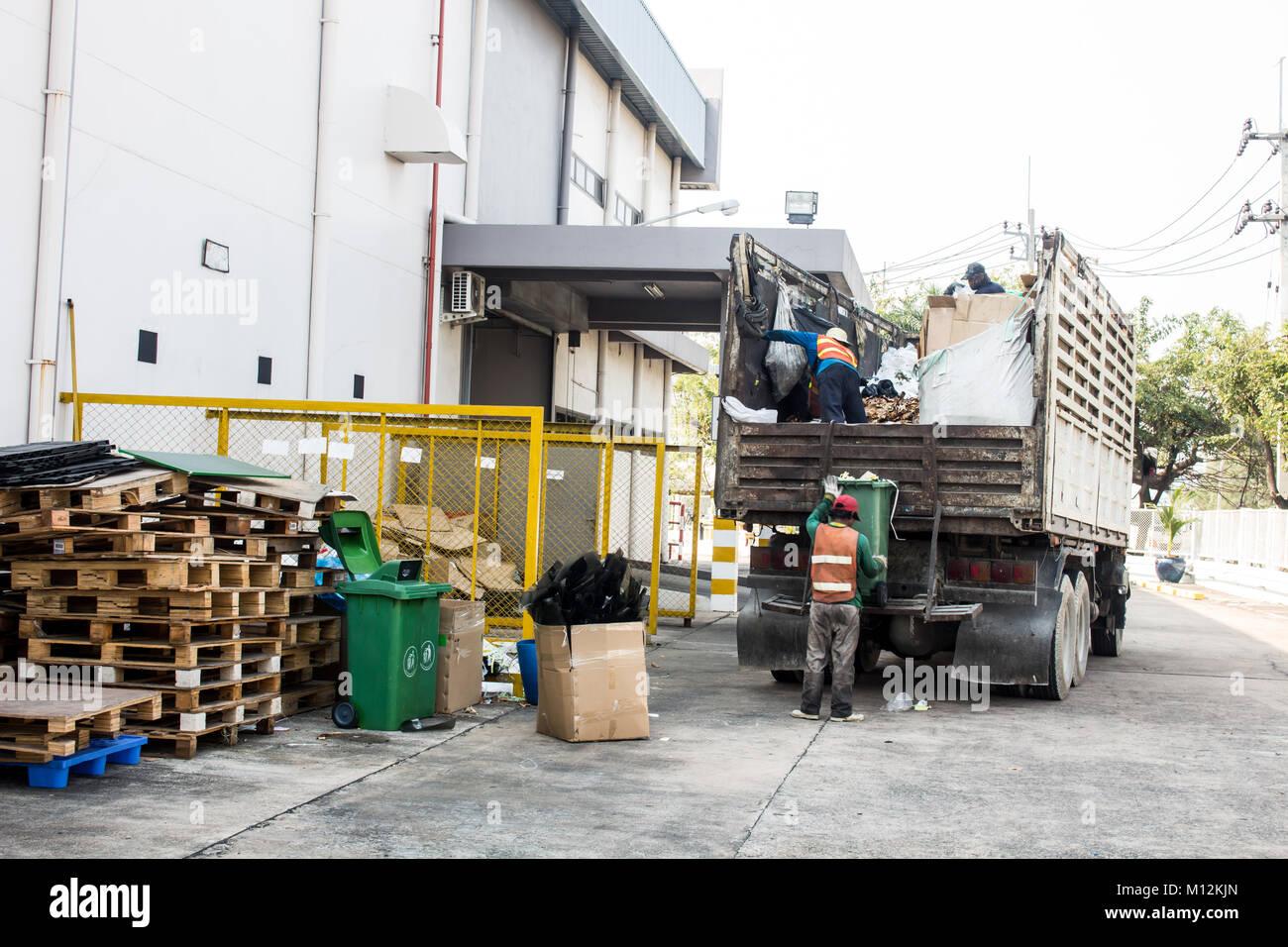 La gestión de residuos, un camión de la basura con trabajador Imagen De Stock