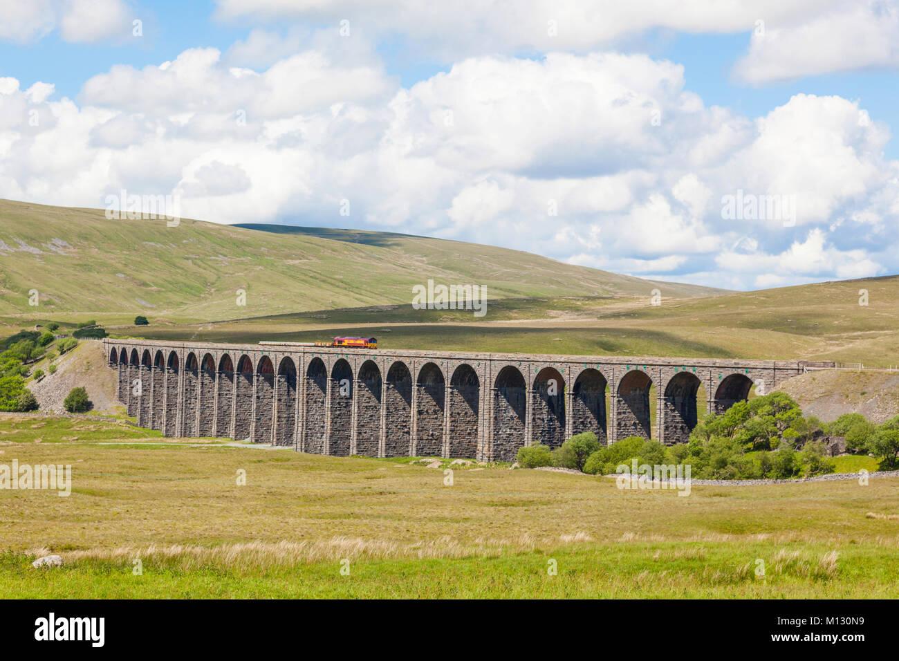 La Ribblehead Viaduct o Batty Moss Viaducto lleva el ferrocarril Settle-Carlisle entre Batty Moss en el valle del Imagen De Stock