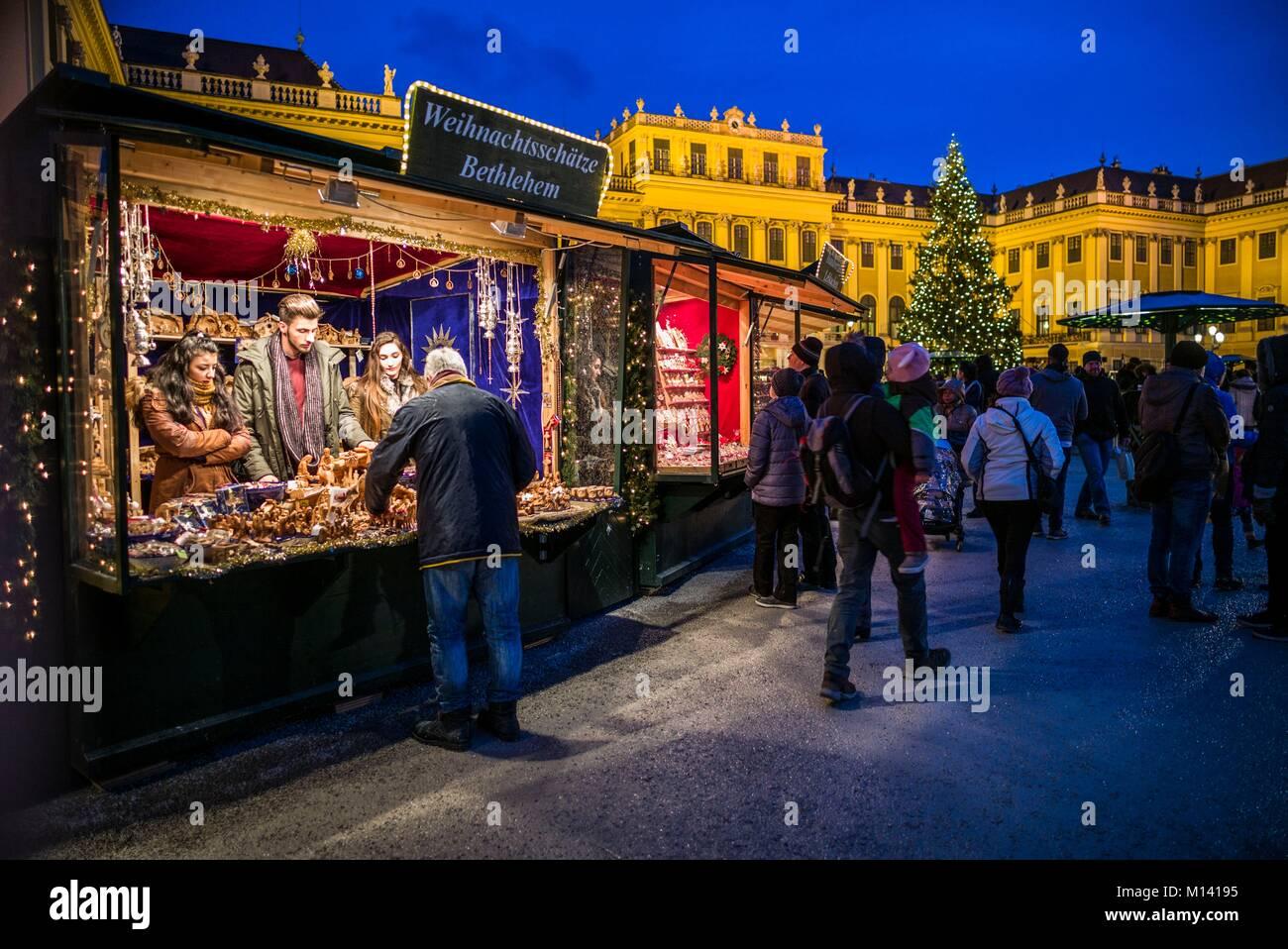 Austria, Viena, al palacio de Schonbrunn, el Mercado de Navidad, Noche Imagen De Stock