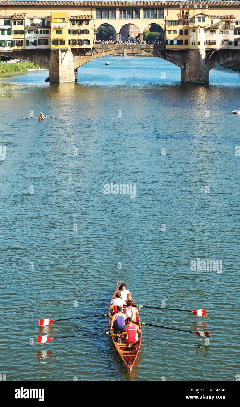 Europa, Italia, Toscana, Florencia,canoa por el Ponte Vecchio Imagen De Stock
