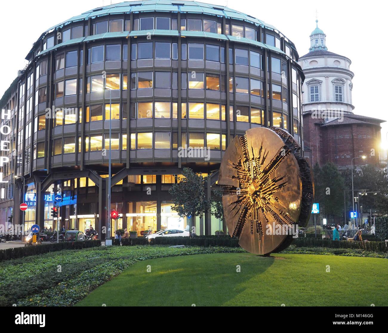 Europa,Italia,Lombardía,Milán,Arnoldo Pomodoro disco de bronce escultura en Piazza Meda, centro Foto de stock