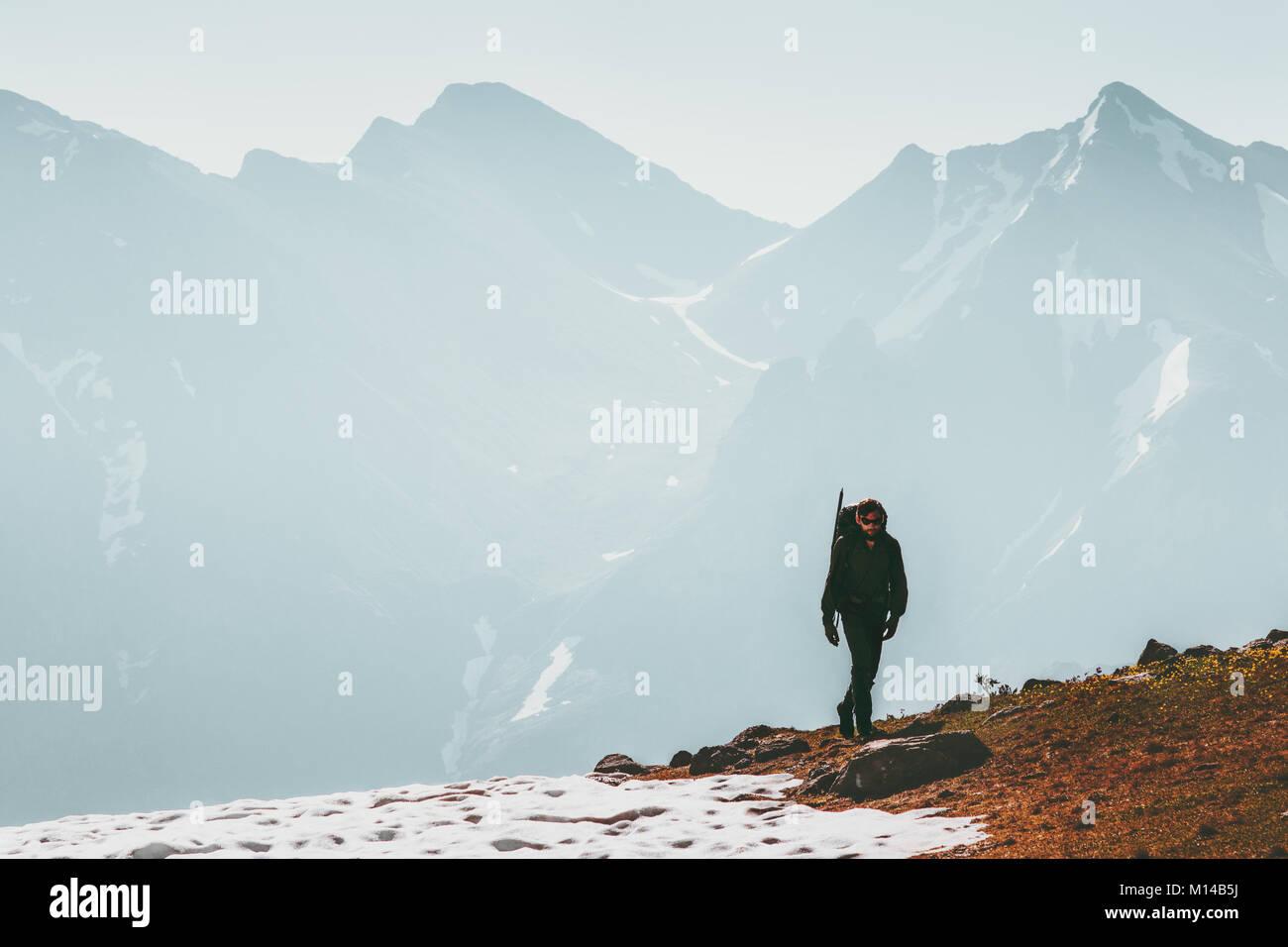 Hombre activo de senderismo solos en las montañas en el estilo de vida de supervivencia viajes concepto aventura Imagen De Stock