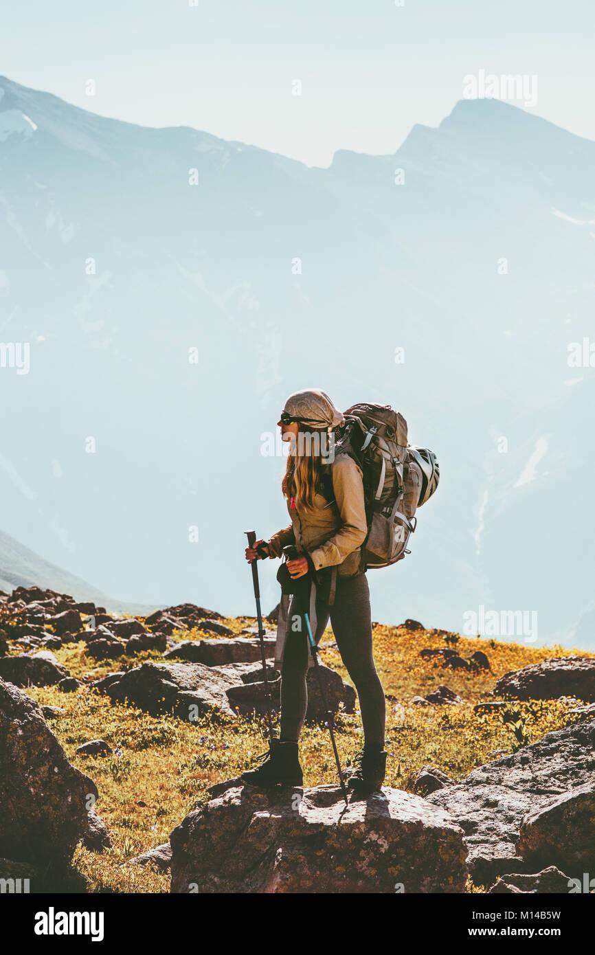 Mujer viajando en las montañas excursionismo con mochila aventura concepto de estilo de vida saludable al aire Imagen De Stock